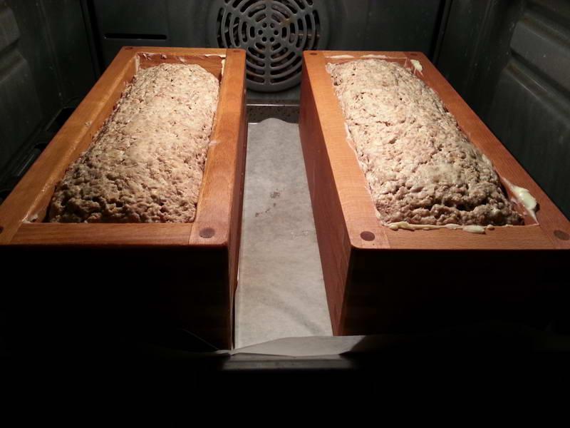 Rugbrød der hæver i ovnen