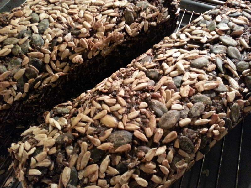 Lækkert mørkt rugbrød med solsikker og græskar kerner